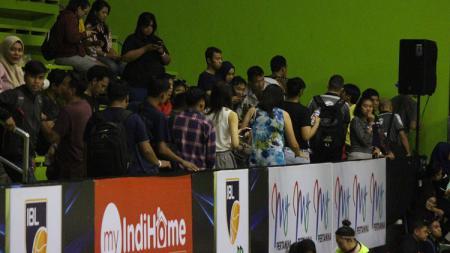Penonton laga Pelita Jaya Jakarta vs Perawira Bandung kecewa karena pertandingan ditunda. - INDOSPORT
