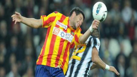 Pemain Lecce, Manuel Scavone (kiri) sedang melakukan duel udara dengan pemain Ascoli, Giacomo Beretta (kanan). - INDOSPORT