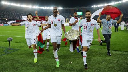 Khaled Mohammed, Abdelkarim Hassan dan Hasan Al Haydos tengah berlari untuk melakukan selebrasi di Stadion Zayed Sports City pada (01/02/19) di Abu Dhabi, Uni Emirat Arab.