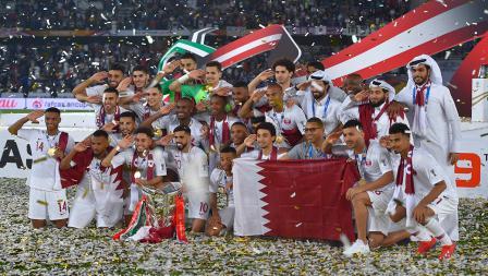 Penggawa dan tim Qatar melakukan sesi foto sebagai juara Piala Asia melawan Jepang di Stadion Zayed Sports City pada (01/02/19) di Abu Dhabi, Uni Emirat Arab.