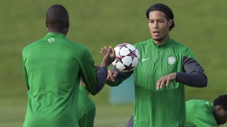 Virgil Van Dijk (kanan) bersama Amido Balde dalam sesi latihan di Celtic - INDOSPORT