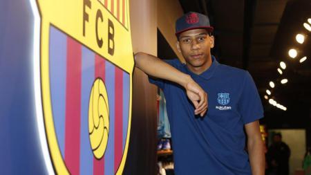 AC Milan tampaknya sedang ingin membuka kisah lama dengan mengincar kembali pemain buangan Barcelona, Jean-Clair Todibo di bursa transfer musim panas ini. - INDOSPORT