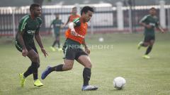 Indosport - Nurhidayat (tengah) berhasil menghindar dari hadangan Marinus Wanewar (kiri).