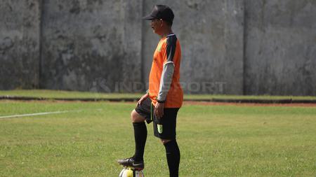 Djajang Nurdjaman memperhatikan pemainnya latihan di Lapangan Jenggolo, Sidoarjo. Sabtu (2/2/19). - INDOSPORT