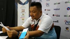 Indosport - Pelatih Hang Tuah Andika Supriadi Saputra saat konfrensi pers. Sabtu (2/2/19).