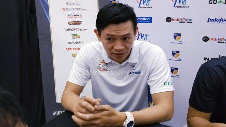 Pelatih Satria Muda Pertamina Youbel Sondakh saat konfrensi pers. - INDOSPORT
