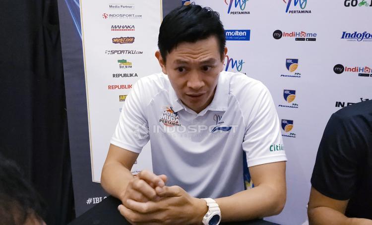 Pelatih Satria Muda Pertamina Youbel Sondakh saat konfrensi pers. Sabtu (2/2/19). Copyright: Fitra Herdian/Indosport.com