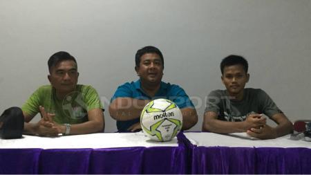 Asisten pelatih Persita, Wiganda Saputra (baju hijau) dan pemain, Sirfi Arfani (baju hitam). - INDOSPORT