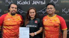 Indosport - CEO Persijap Jepara Esti Puji Lestari (tengah) bekerja sama dengan apparel asal Malaysia Kaki Jersi untuk musim 2019.