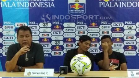 Pelatih Semen Padang, Syafrianto Rusli, memberikan pernyataan pasca timnya kalah dari PS Tira Persikabo - INDOSPORT
