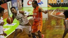 Indosport - Pemain Bima Perkasa, Yanuar Dwi Priasmoro di jaga pemain NSH Hengki Infandi. Sabtu (2/2/19).