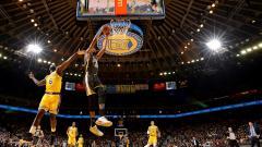 Indosport - Tim basket NBA, LA Lakers menang telak dari Golden State Warriors.