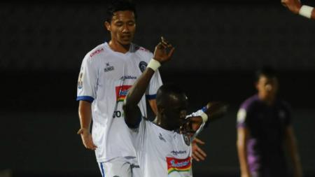 Selebrasi pemain Arema FC Makan Konate usai mencetak gol ke gawang Persita Tangerang. - INDOSPORT