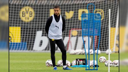Jeremy Toljan, bek Borussia Dortmund yang kini dipinjamkan ke Celtic. - INDOSPORT