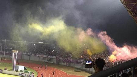 Pertandingan antara Persita vs Arema FC sempat dihentikan akibat penyalaan flare oleh suporter tuan rumah. - INDOSPORT