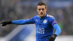 Indosport - Striker Leicester City, Jamie Vardy, melakukan olahraga ringan ditemani sang istri, Rebekah.
