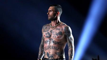 Adam Levine dan Maroon 5 turut memeriahkan Super Bowl 53. - INDOSPORT