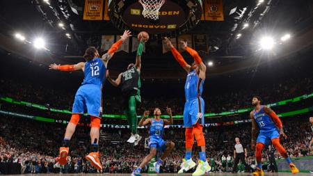 Kyrie Irving (Boston Celtics) memasukan bola ke net Oklahoma City Thunder - INDOSPORT