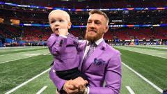Indosport - Conor McGregor tampil serasi dengan putranya ketika menyaksikan final Super Bowl 53
