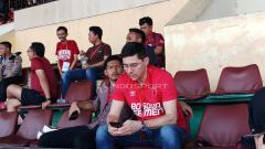 Indosport - Pelatih anyar PSM Makassar, Darije Kalezic hadir langsung menyaksikan laga PSM kontra Kalteng Putra, Minggu, (03/02/19).