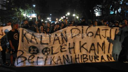 Bobotoh menggelar aksi di depan Mapolrestabes Bandung, Jalan Merdeka, Kota Bandung, Senin (04/02/2019). - INDOSPORT