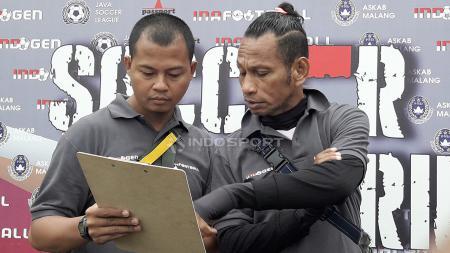 Suhendra Marjuki berdiskusi dalam pemilihan pemain dengan Rocky Putiray. - INDOSPORT