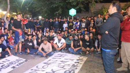 Bobotoh menyampaikan aspirasinya kepada Panpel Persib di Graha Persib, Jalan Sulanjana, Kota Bandung, Senin (04/02/2019). - INDOSPORT