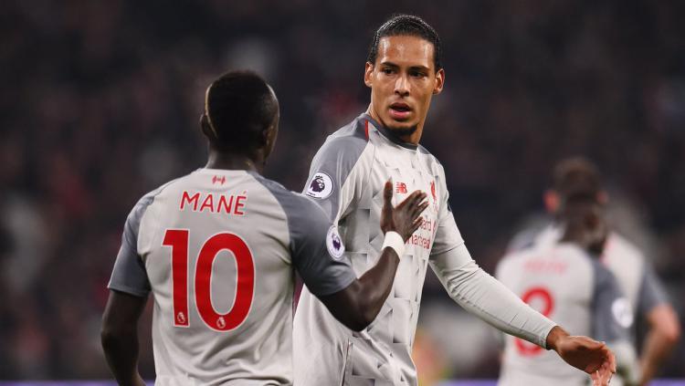 Sadio Mane (kiri) dan Virgil Van Dijk di laga West Ham vs Liverpool. Copyright: twitter @LFC