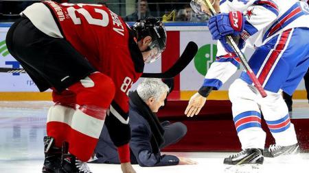 Jose Mourinho terpeleset karpet dan terjatuh di laga hoki es di Rusia. - INDOSPORT