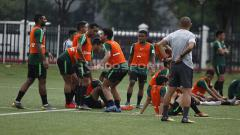 Indosport - Keceriaan para pemain Timnas U-22 saat menunggu giliran menendang penalti dalam latihan.