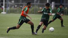 Indosport - Witan Sulaiman (kanan) saat ingin merebut bola dari rekannya