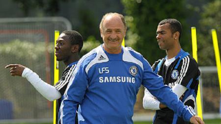 Luiz Felipe Scholari saat masih berada di Chelsea bersama Ashley Cole. - INDOSPORT