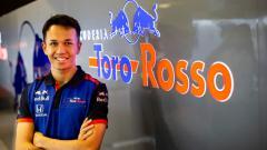 Indosport - Alexander Albon saat bergabung tim F1 Toro Rosso.