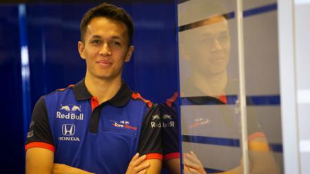 Alexander Albon akan menghadapi tantangan perdana di F1 GP Belgia 2019 dengan menggunakan mesin bertenaga baru. - INDOSPORT