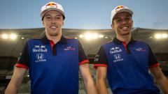 Indosport - Mantan pembalap F1 Red Bull Racing, Daniil Kvyat (kiri) mengaku tidak suka berlatih menggunakan simulator.