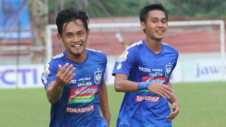 Pemain klub Liga 1 PSIS Semarang, yakni Bayu Nugroho (kiri) mengaku mendapat tawaran dari Persebaya Surabaya. - INDOSPORT