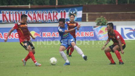 Aksi Septian David Maulana saat berusaha mengecoh tiga pemain Persibat Batang.