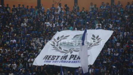 Spanduk dari suporter PSIS Semarang untuk mengenang Erik Dwi.
