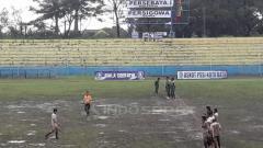 Indosport - Lapangan Piala Soeratin antara Persebaya vs Persigowa.