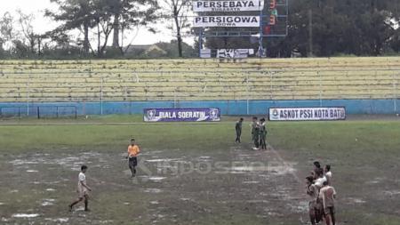Lapangan Piala Soeratin antara Persebaya vs Persigowa. - INDOSPORT