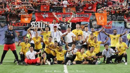 Jakmania hadir di Stadion Jalan Besar, Singapura, untuk menyaksikan laga Home United vs Persija. - INDOSPORT