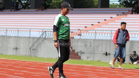 Djadjang Nurdjaman memimpin uji coba Persebaya di Stadion Jala Krida Bumimoro, AAL, Surabaya. Rabu (6/2/19). - INDOSPORT