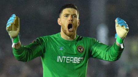 Kiper Newport County, Joe Day. - INDOSPORT