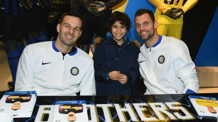 Dua kiper Inter Milan, Samir Handanovic dan Daniele Padelli. - INDOSPORT