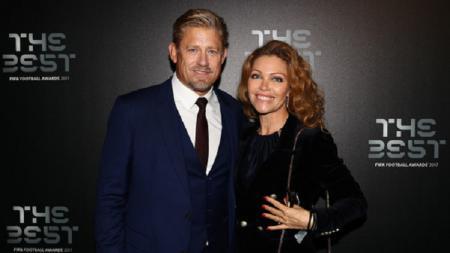Peter Schmeichel dan Laura von Lindholm. - INDOSPORT