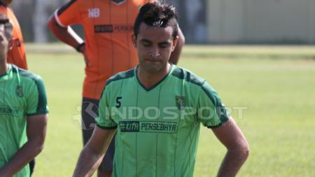 Otavio Dutra setelah mengikuti latihan perdana di Lapangan Jenggolo, Sidoarjo. Kamis (07/02/19). - INDOSPORT
