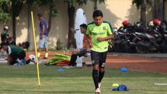 Indosport - Pemain Persebaya Surabaya, Fandi Eko Utomo saat latihan di Lapangan Polda Jatim.