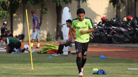 Pemain Persebaya Surabaya, Fandi Eko Utomo saat latihan di Lapangan Polda Jatim. - INDOSPORT