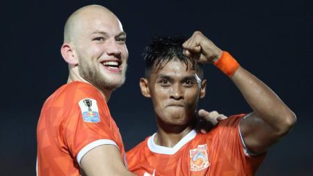 Pemain Borneo FC, Lerby Eliandry (kanan) harus tinggalkan tim dan gabung ke Timnas Indonesia untuk Kualifikasi Piala Dunia 2022. - INDOSPORT