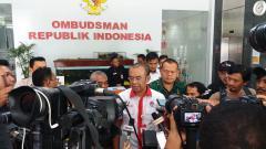 Indosport - Pemeriksaan Sesmenpora, Gatot S Dewa Broto oleh Satgas Anti Mafia Bola Indonesia.